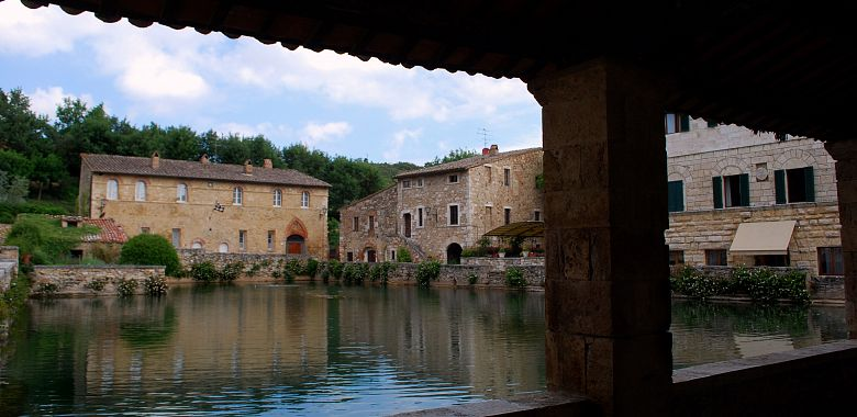 Borghi di toscana sulla francigena le terme in piazza - Terme di bagno vignoni ...